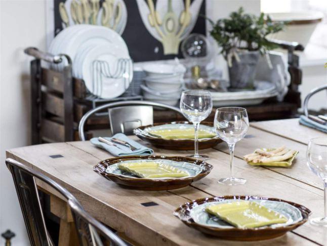 Деревянный обеденный стол, стальные стулья и антикварный сервировочный стол не оставят равнодушным любителя индустриального стиля в интерьере.