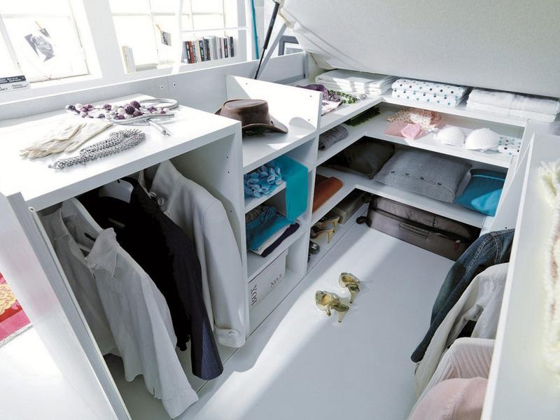 Гардероб под кроватью полностью настраиваемый и позволяет даже вешать одежду на плечиках.