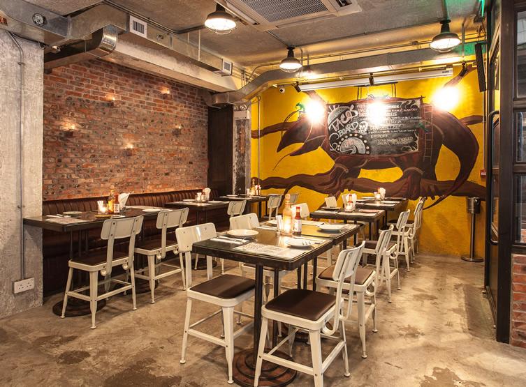 Чудище на стене, на котором написано меню, является одним из символов ресторана.