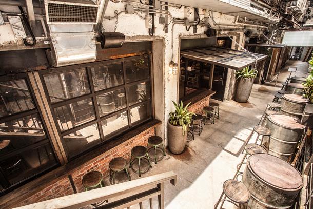 Несмотря на скупую растительность, дворик продолжает тему индустриального стиля.