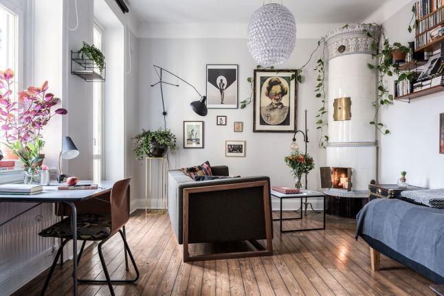 Стены квартиры украшают фотографии и картины, везде много зелени.