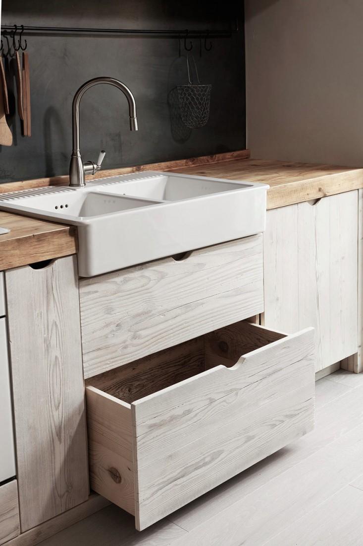 Фасад кухни выполнен в тон с деревянным полом, а столешница из более темной древесины.