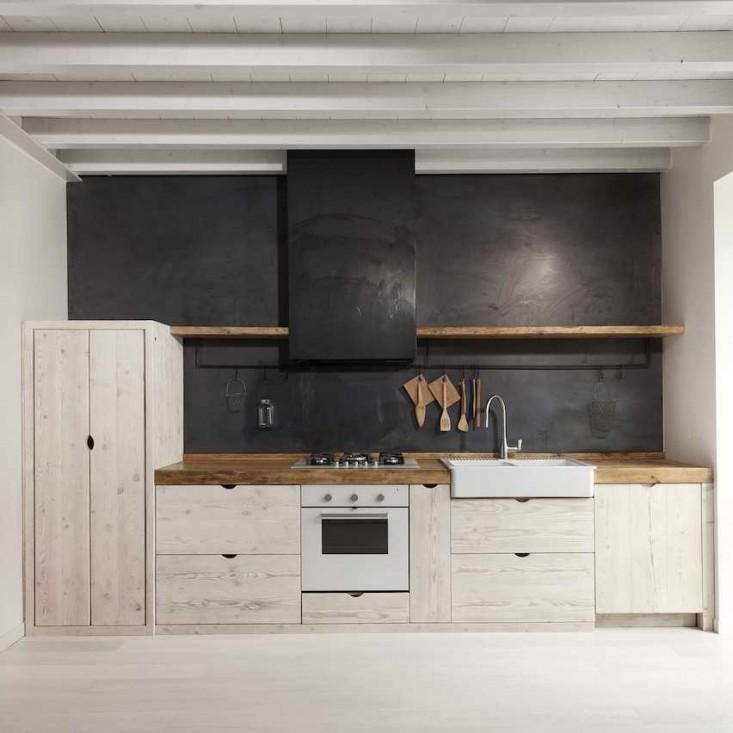 Контрастная кухня в черно-белых тонах.