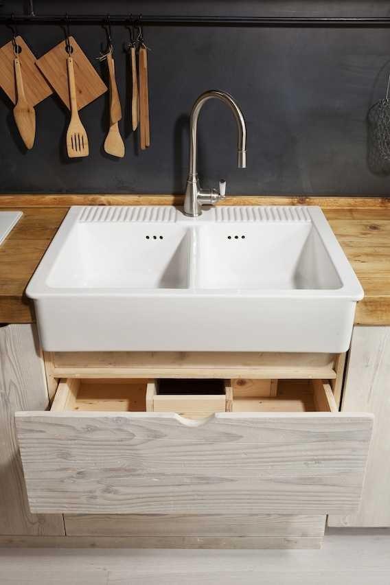 Под кухонной раковиной два выдвижных ящика вместо традиционного шкафчика.