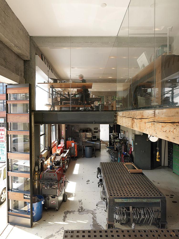 На первом этаже расположена мастерская, где изготавливаются прототипы светодиодных светильников и раздвижные стеклянные фасады для архитектурного бюро Лариссы расположенном на втором этаже.