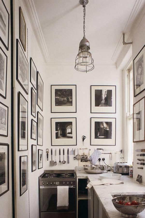 Если кухонные принадлежности висят рядом с фотографиями или картинами, то они уже не воспринимаются как кухонные принадлежности и пространство не воспринимается захламленным.