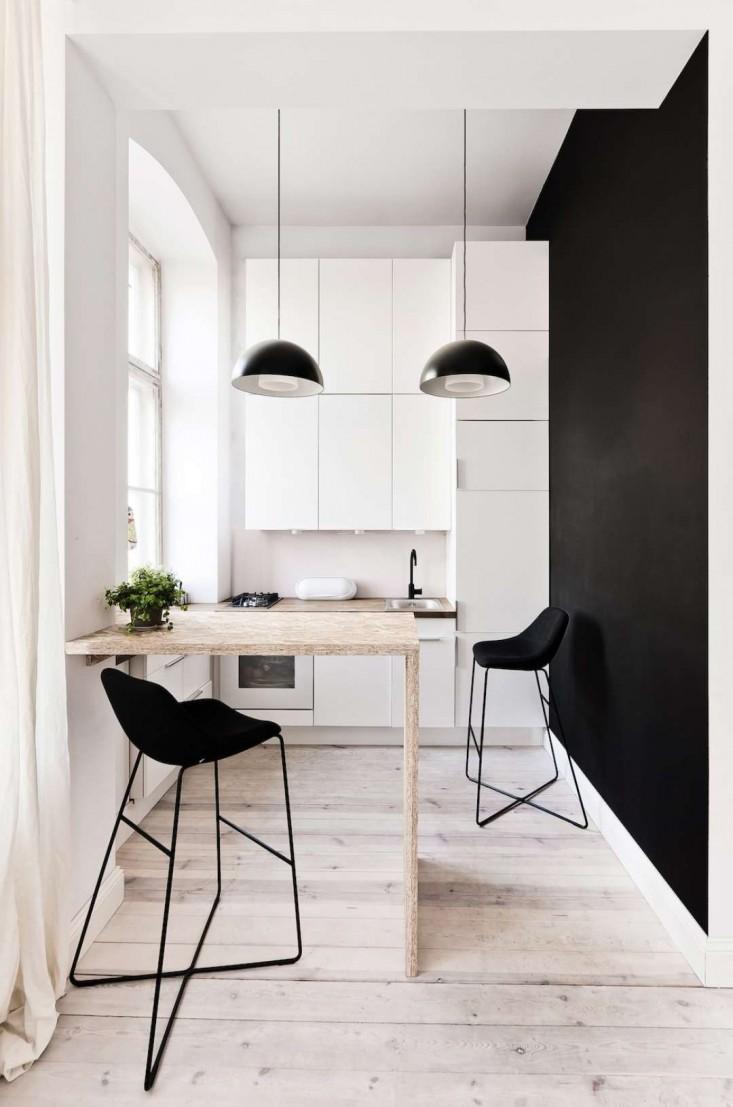 Консольный стол в этой кухне экономит драгоценное место (одна нога лучше чем две).