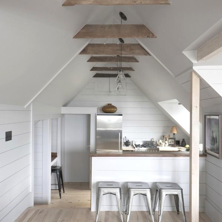 Небольшой кухонный остров выделяет кухню, дает дополнительную поверхность, но не разделяет пространство помещения.