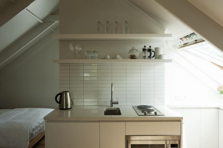 При нехватке места крохотная барная раковина может стать заменой обычной кухонной мойке.