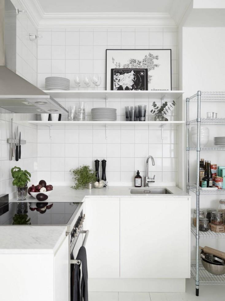 Ровная поверхность индукционной плиты может быть расширением кухонной столешницы, если сама столешница не велика.