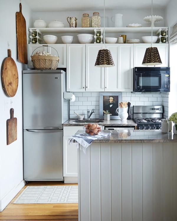 В маленькой кухне имеет смысл использовать не только горизонтальные поверхности, а и всю высоту кухни. Это могут быть и различные системы хранения, и висящая на стене микроволновка.