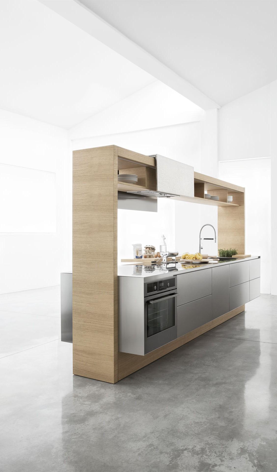 Кухня Archea. Кухонный остров с системой хранения над рабочей поверхностью.