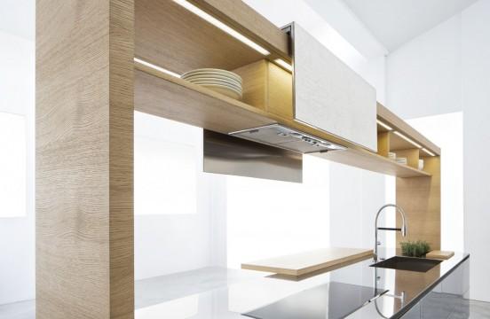 Кухня Archea. Над варочной поверхностью есть вытяжка, а полочки закрываются сдвижными дверцами.