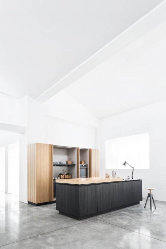 Кухня Paperwood. В шкафу много места для хранения посуды и кухонной техники, там же спрятан холодильник.