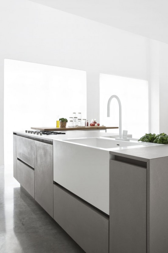 Кухня Polaris Cucine. Кухонная мойка контрастно белого цвета глубокая и удобная.