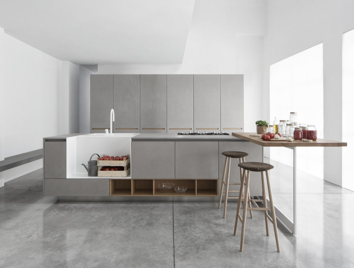 Кухня Polaris Cucine. Серую кухню оживляют полки, столешница барной стойки и стулья теплых древесных оттенков.