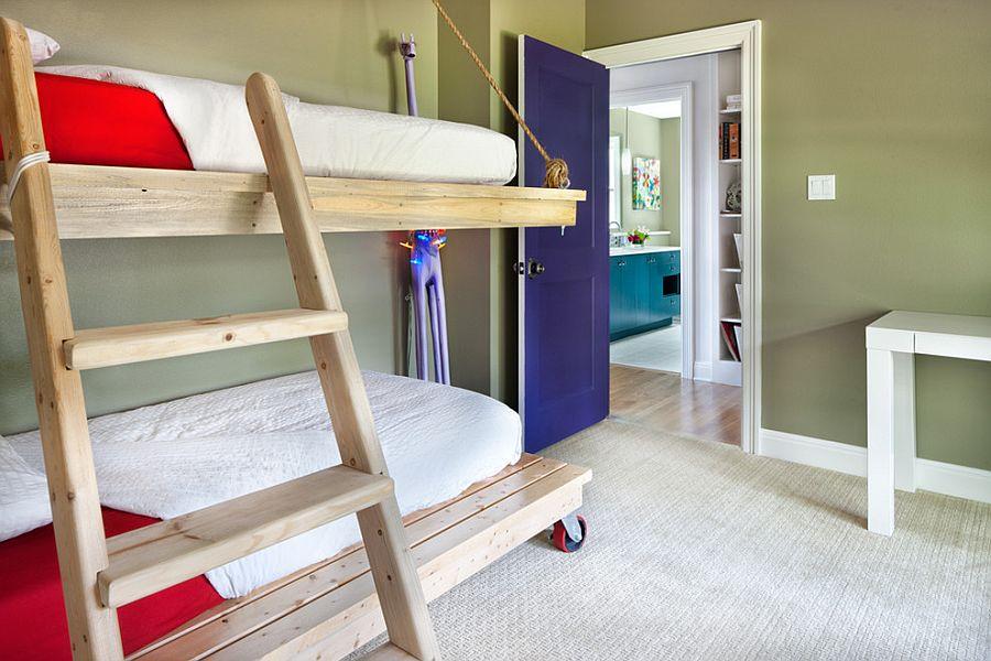 Оригинальная двухъярусная кровать с независимой нижней частью на колесах [Дизайн: CG&S Design-Build]