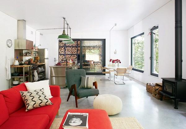 Кухня, столовая и гостиная объединены в одной жилой комнате.
