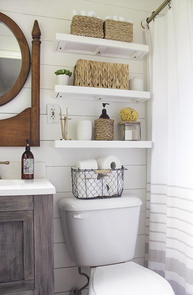 Корзинка с туалетной бумагой на бачке унитаза тоже может служить декором.