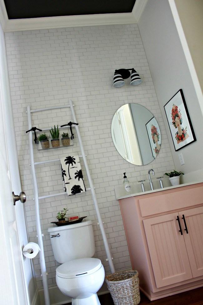 Лестница не требует монтажа и добавляет много места для полотенец.