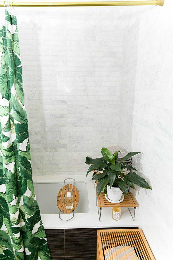 Полка на ванну позволяет удобно держать все банные принадлежности в пределах досягаемости.