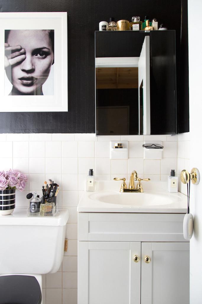 Зеркало на туалетном шкафчике отлично подойдет для современного минималистичного интерьера.