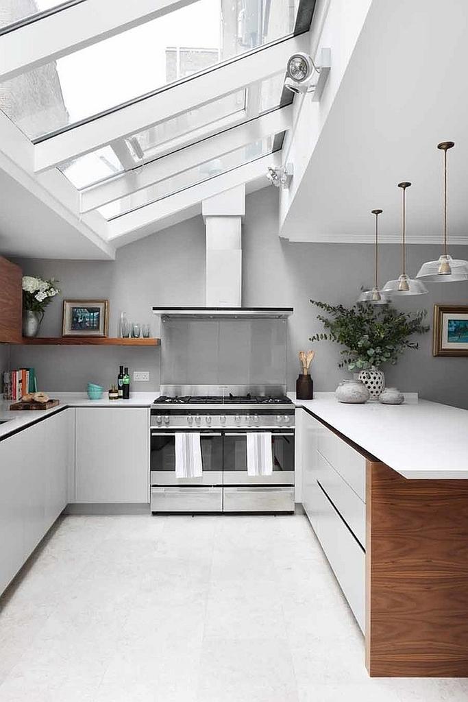 Большие окна в потолке этой кухни задают настроение всей кухне.
