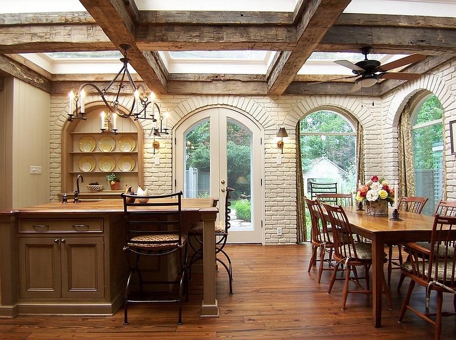 Деревянные балки добавляют шарма этой рустикальной кухне, и мансардные окна отлично смотрятся между такими старыми балками.