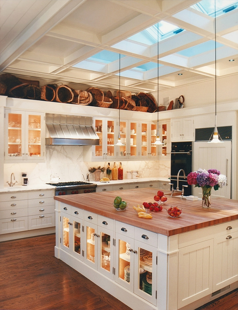 Элегантно использованные мансардные окна над кухонным островом в традиционной кухне.