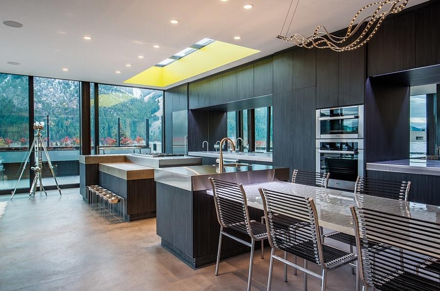Изящная современная кухня с застекленной крышей над рабочей кухонной поверхностью.