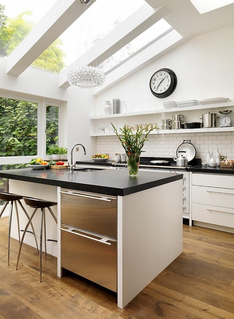 Изысканная минималистская кухня со световыми окнами выполненными на заказ.