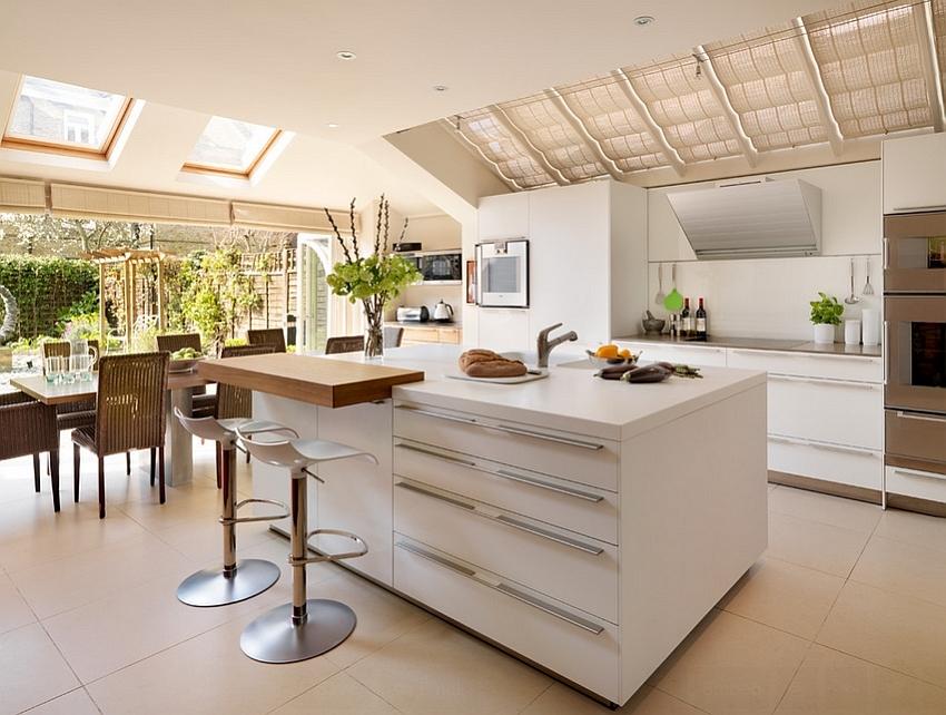 Классная современная кухня выглядит веселее с окном в потолке с римской шторой.