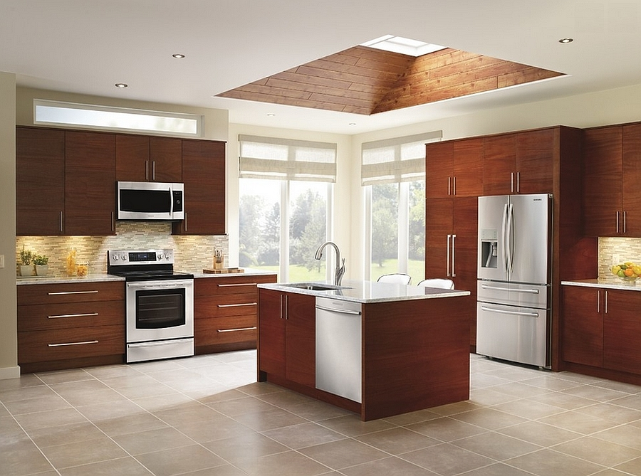 Креативное обрамление мансардного окна делает его более привлекательным и связывает его с интерьером кухни.