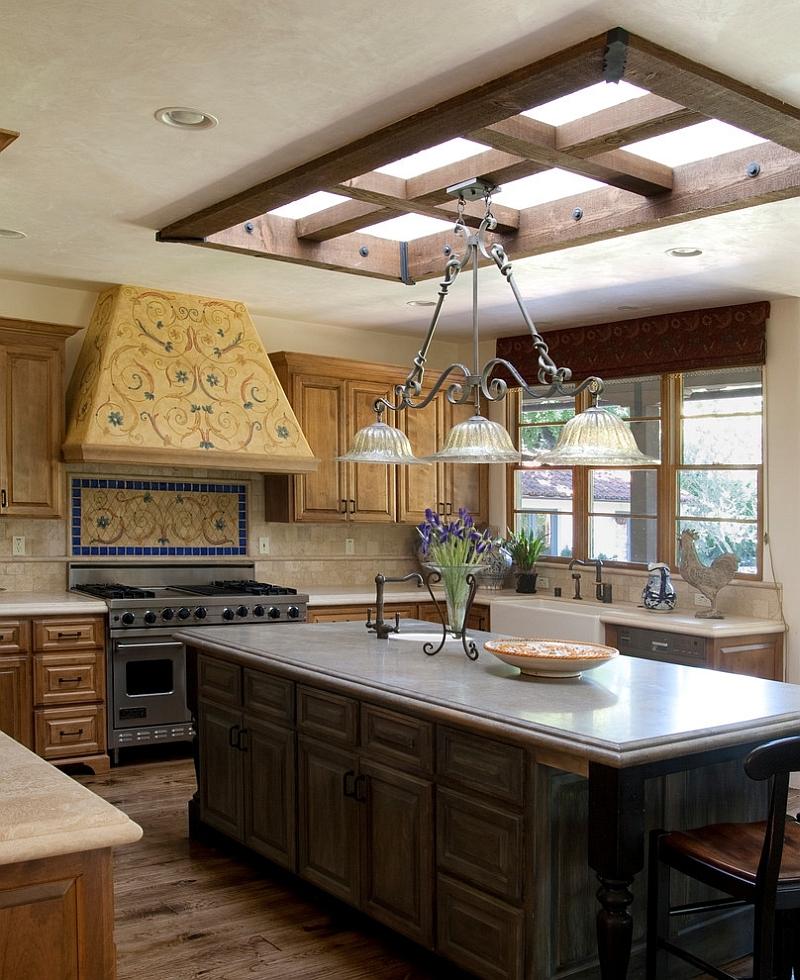 Мансардное окно замечательно сочетается со стилем и тематикой интерьера кухни.