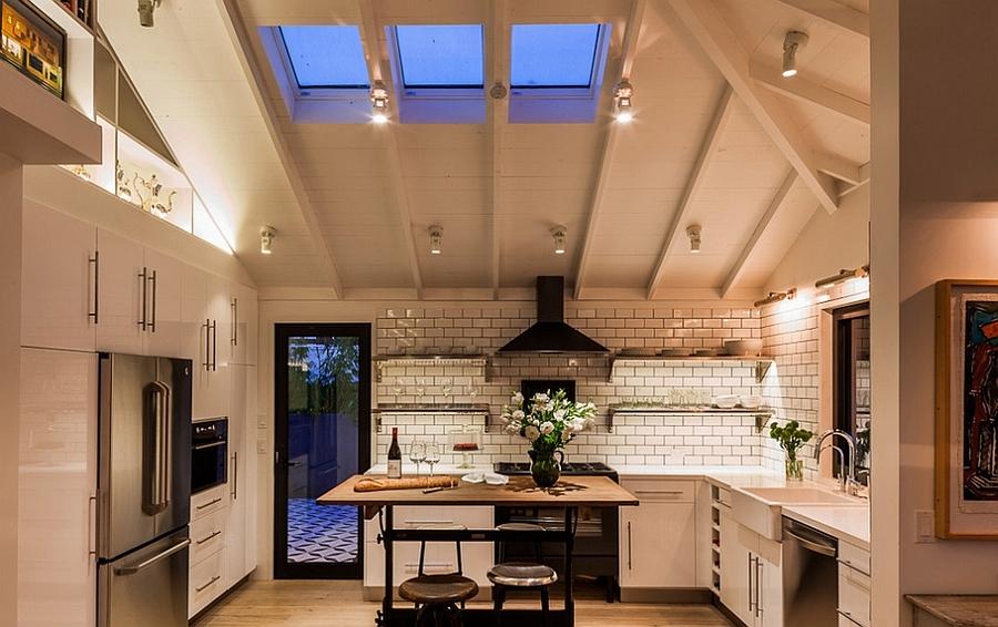 Мансардные окна отлично вписались между баками в потолке этой кухни в стиле лофт.
