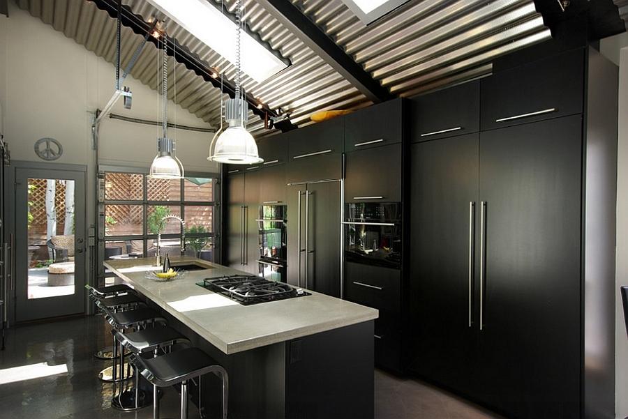Тот случай когда солнечный свет очень благоприятно влияет на восприятие темной кухни.