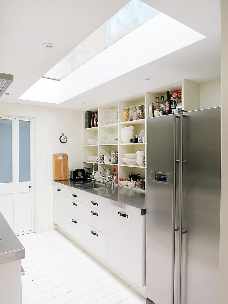 Узкая кухня выглядит значительно просторнее благодаря окну в потолке.