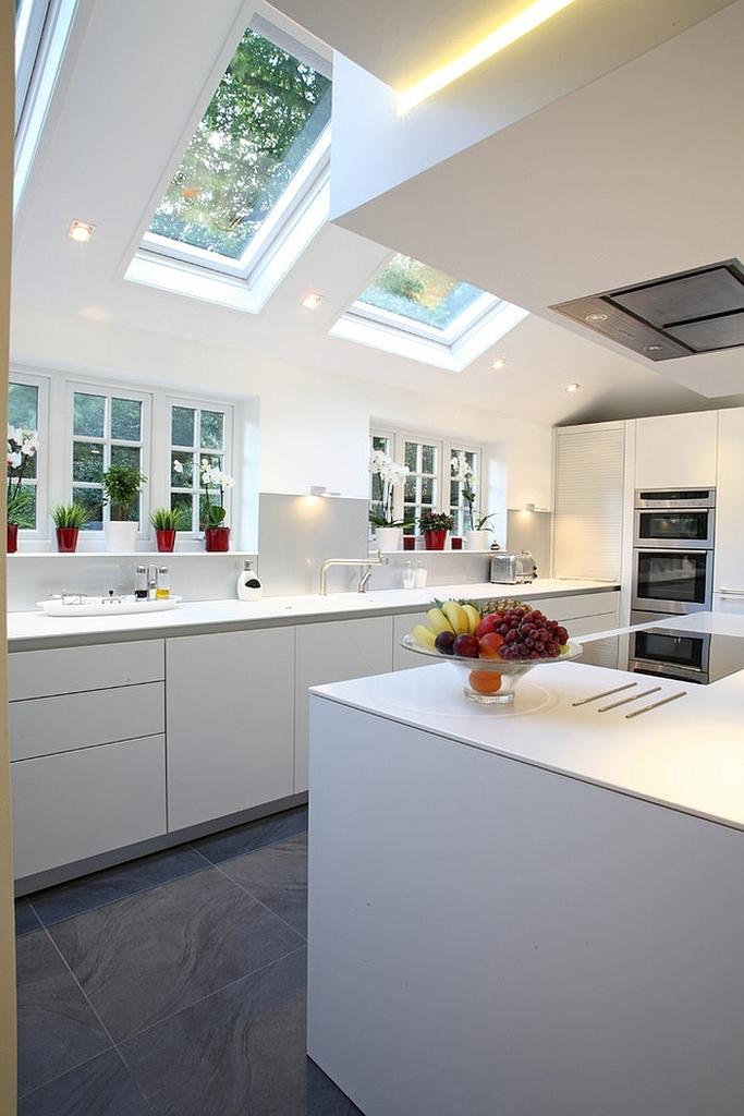 В данном интерьере световые окна являются архитектурным элементом украшающим не только кухню, но и дом в целом.