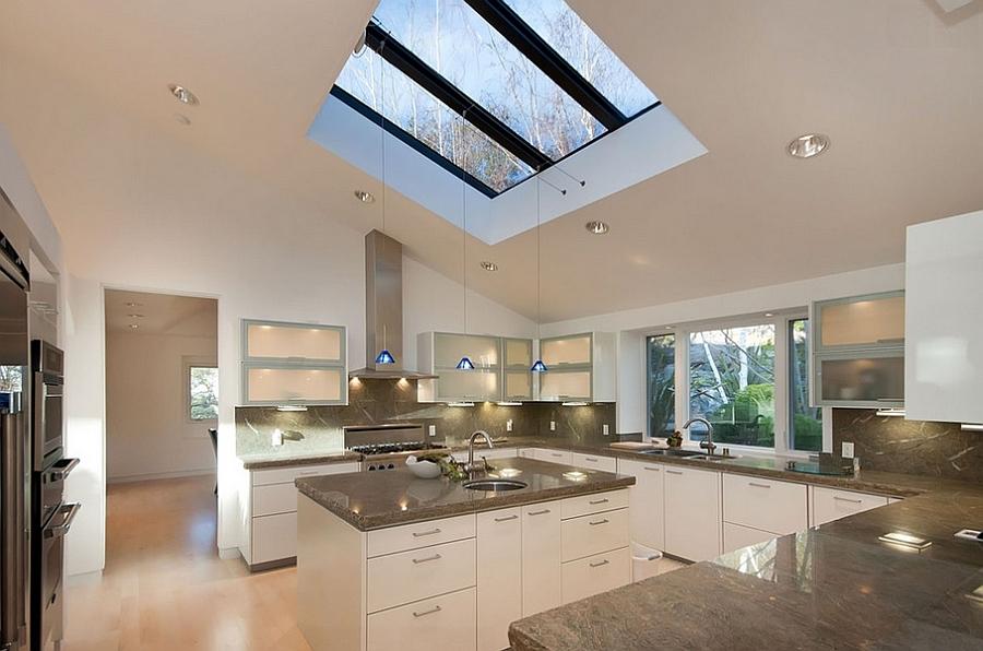 Выполненное на заказ окно в этой минималистской кухне существенно оживляет интерьер.
