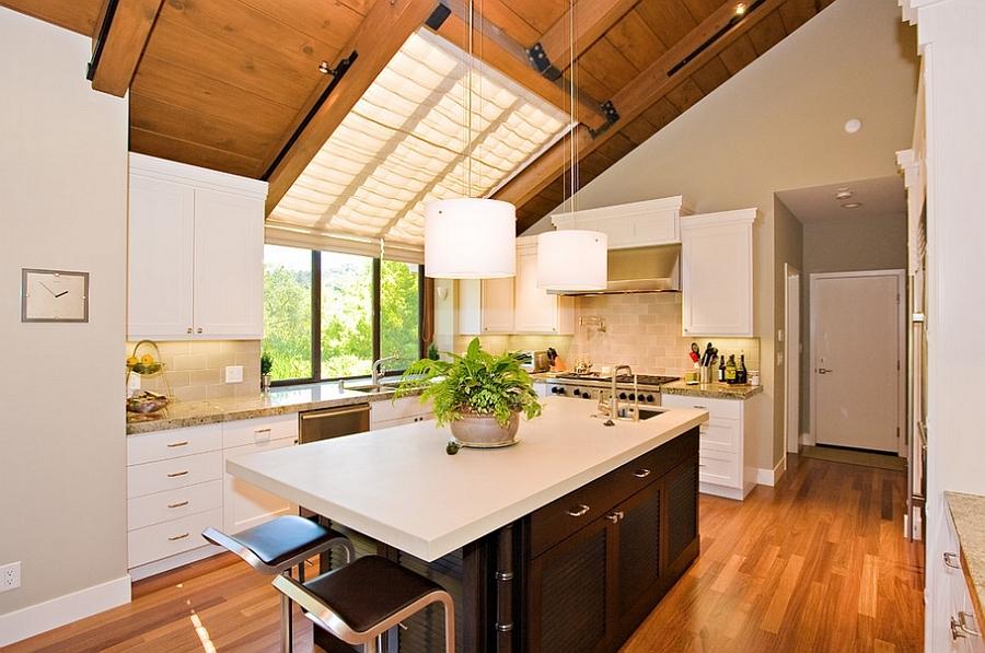 Замечательные полупрозрачные шторы рассеивают свет и улучшают освещенность кухни.