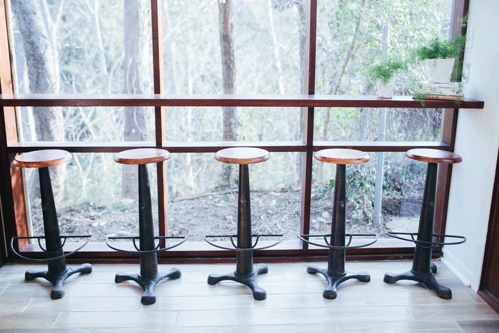 После реконструкции. Барная стойка из повторно использованной древесины вдоль окна во двор.