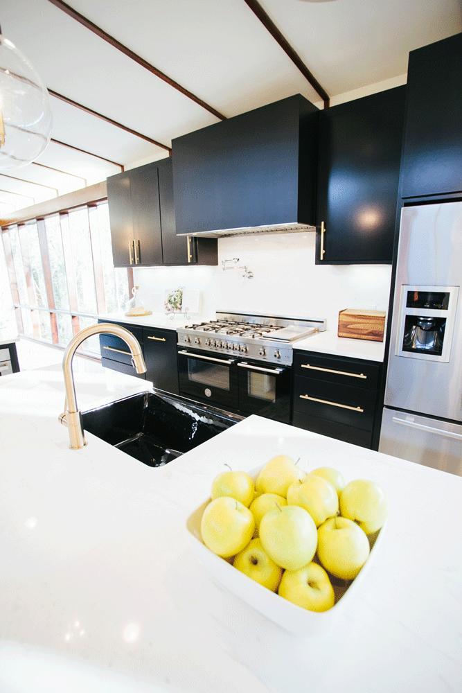 После реконструкции. Кухня изобилует латунными элементами - фурнитура и кран..