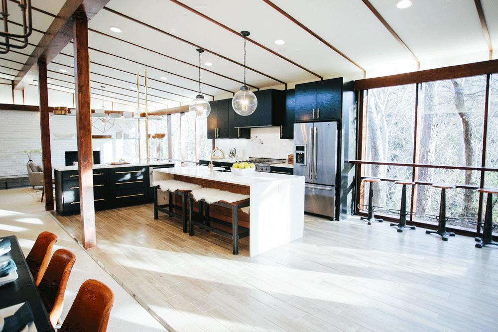 После реконструкции. В кухне был добавлен кухонный остров.