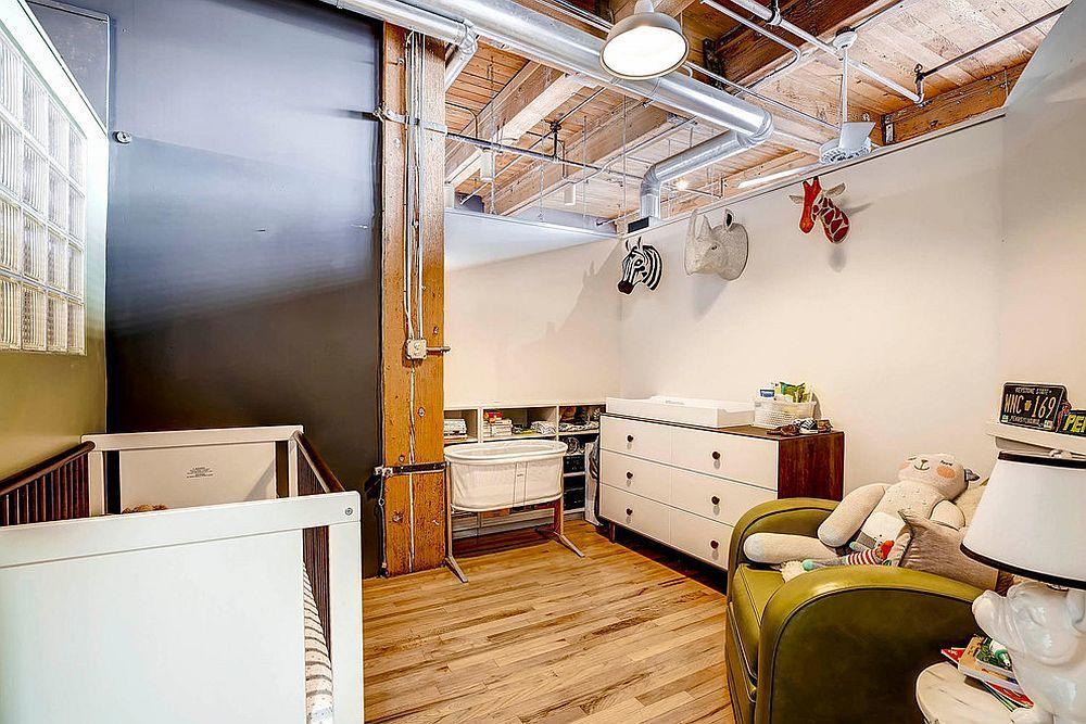 Открытые вентиляционные трубы и деревянные балки перекрытия создают идеальную атмосферу в стиле лофт в просторной детской.
