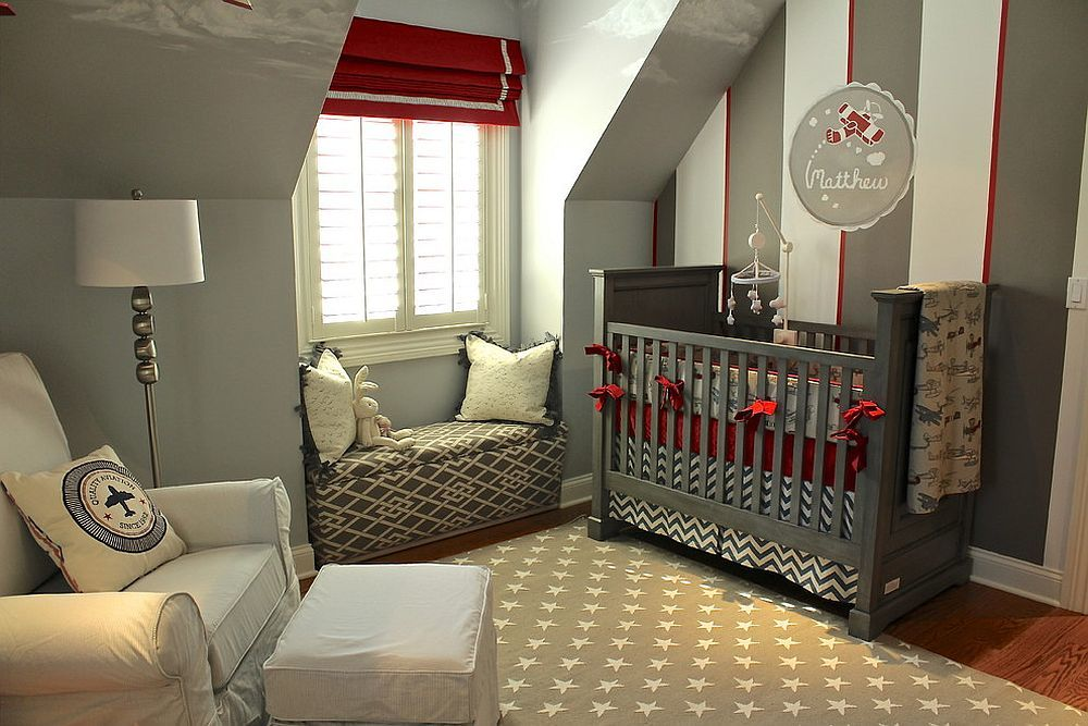 Полосатые серо-бело-красные обои и подушка с принтом привносят стиль лофт в эту мансардную детскую.