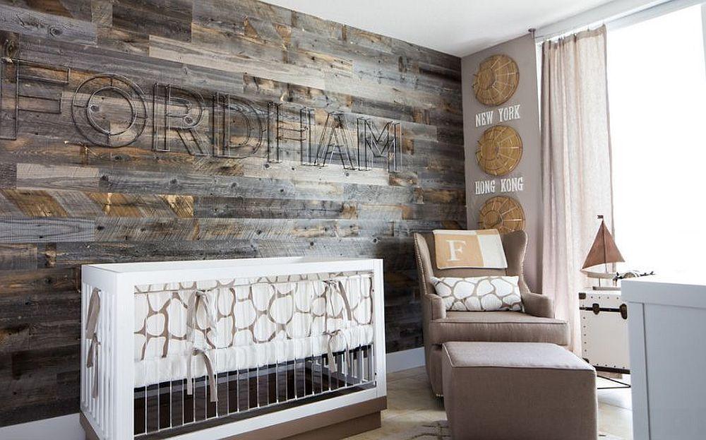 Потрясающая акцентная стена из повторно использованной древесины задают тон всему интерьеру этой детской.
