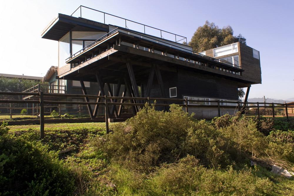 С южного фасада дома видно на сколько велика терраса.