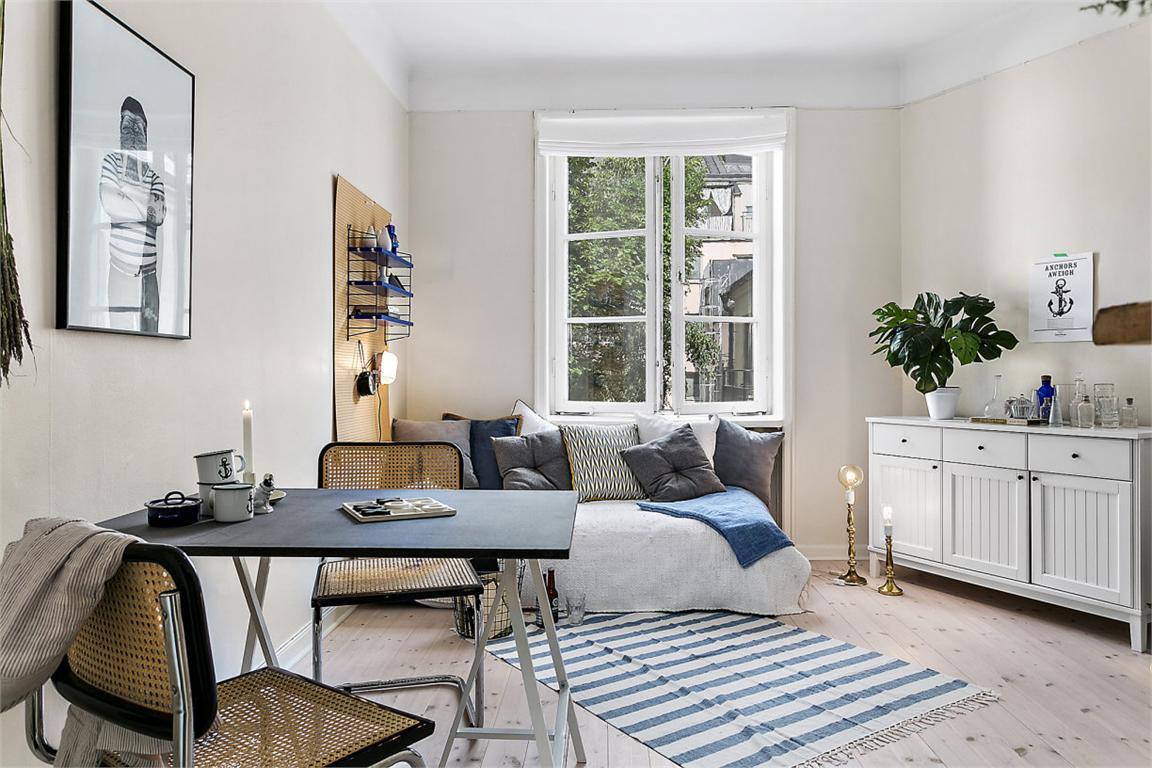 Стол в маленькой квартире обычно многофункционален. За ним можно и поработать и пообедать.