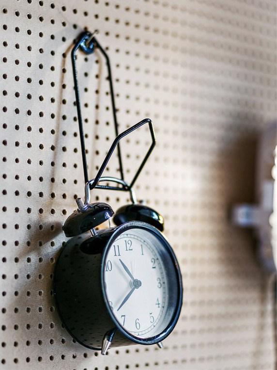 Некоторые вещи можно повесить на стену, тогда они не будет занимать места на столе. Кто бы мог подумать что будильник тоже можно повесить.