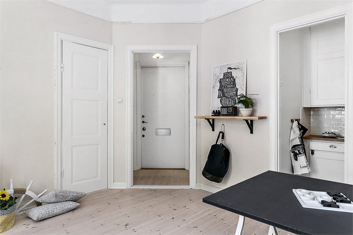 Если обратить внимание на план квартиры, то можно заметить что левая дверь на этом фото ведет в нардероб. Отдельное помещение под гардероб позволяет не загромождать жилую комнату шкафами.